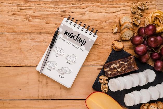 Widok z góry na notebook z różnymi serami i winogronami
