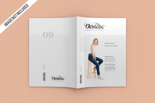 Widok z góry na okładkę i makietę czasopisma