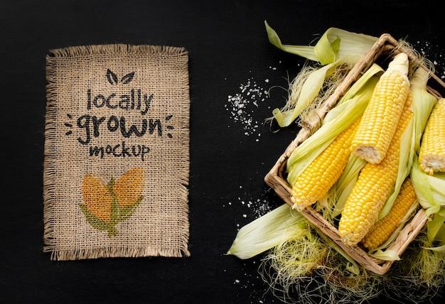 Widok z góry na skrzynię kukurydzy