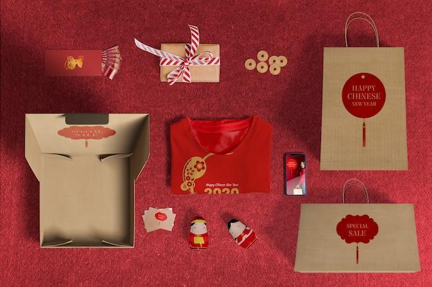Widok z góry na sprzedaż specjalnych prezentów z papierem do pakowania i pudełkami