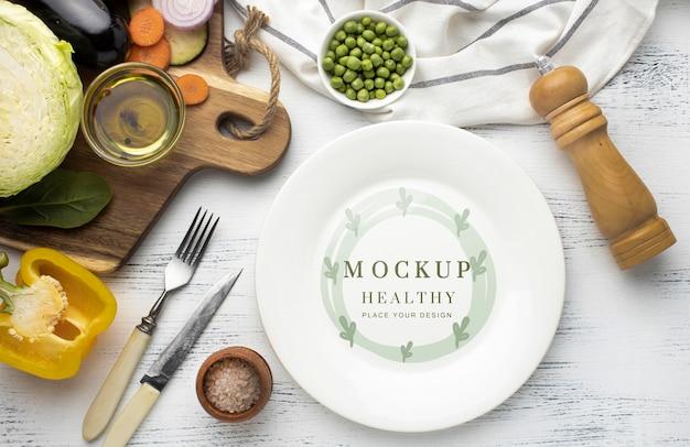 Widok z góry na talerz ze sztućcami i warzywami