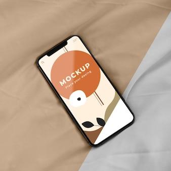 Widok z góry na telefon komórkowy na łóżku