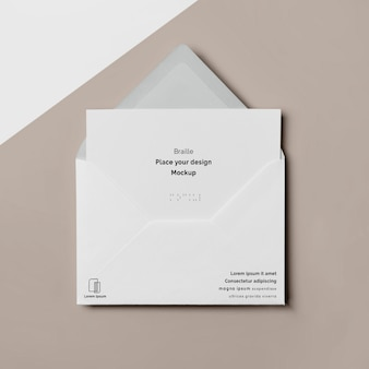 Widok z góry na wizytówkę z brajlem i kopertą