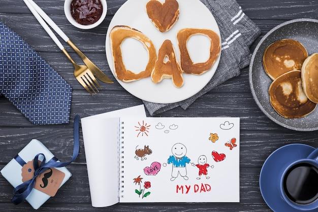 Widok z góry naleśników na dzień ojca z notatnika i prezent