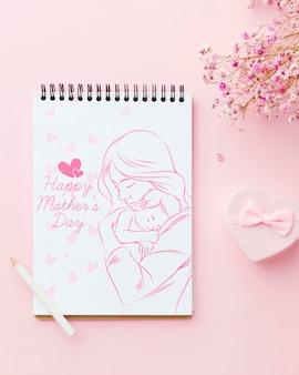 Widok z góry notebooka z kwiatami i prezentem