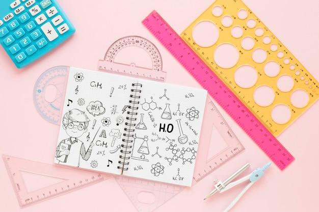 Widok z góry notebooka z linijkami i kalkulatorem