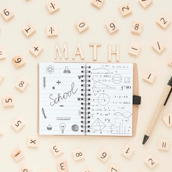 Widok z góry notebooka z numerami i piórem