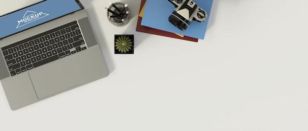Widok z góry nowoczesnego biurka z dekoracjami laptopa i miejscem na kopię na białym biurku