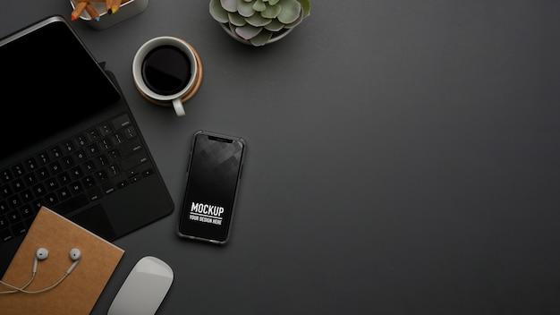 Widok z góry obszaru roboczego z makietą smartfona