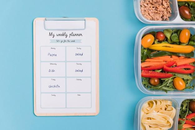 Widok z góry posiłków z warzywami i notatnika