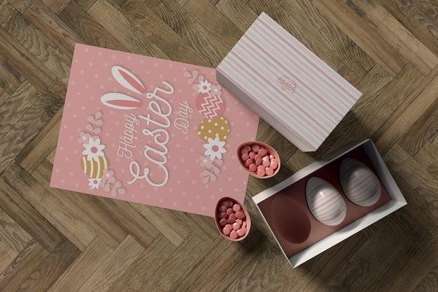Widok z góry pudełko z jajkami i kartka wielkanocna