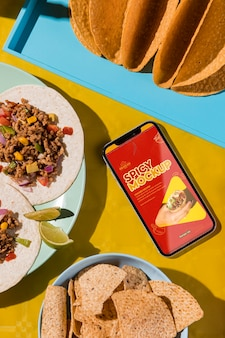 Widok z góry pyszne tacos na makiecie talerza