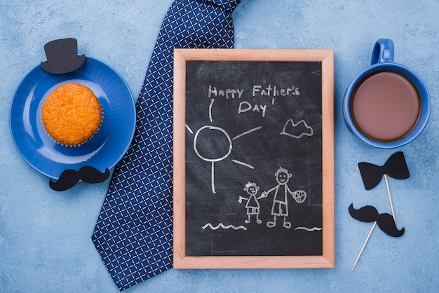 Widok z góry ramki z cupcake i krawat na dzień ojca