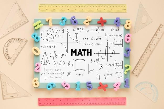 Widok z góry ramki z różnymi liczbami i linijkami