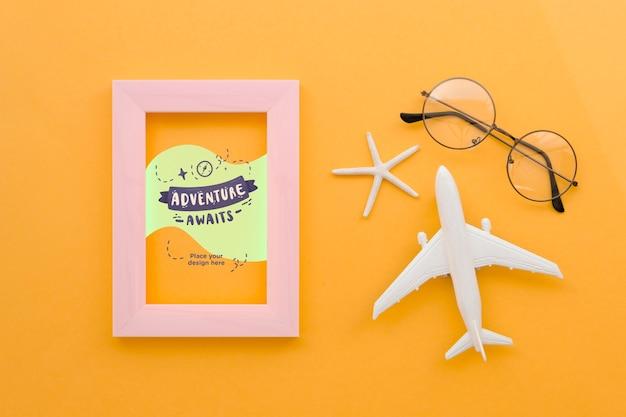 Widok z góry samolot podróży z okularami i ramą