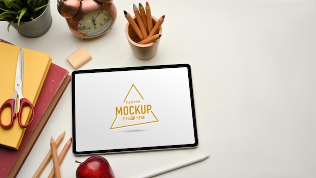 Widok z góry stołu do nauki z makietą cyfrowego tabletu