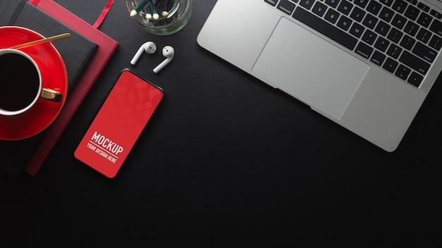 Widok z góry stołu roboczego z makietą smartfona