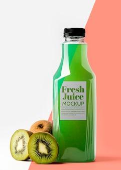 Widok z przodu butelki z owocami kiwi