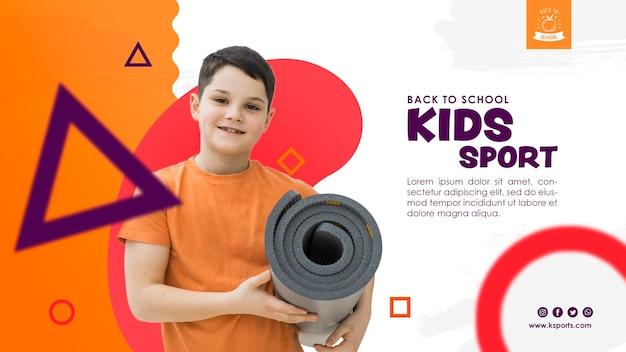 Widok z przodu chłopiec trzyma materac sportowy