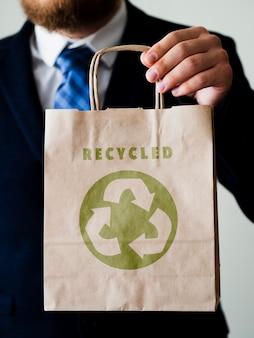 Widok z przodu człowiek trzyma makietę torby papierowej