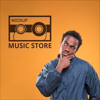 Widok z przodu człowieka myślącego o czymś na makietę sklepu muzycznego