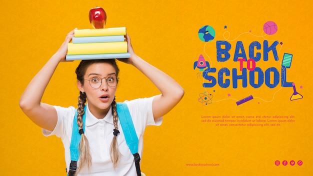 Widok z przodu do szkoły z nastolatkiem