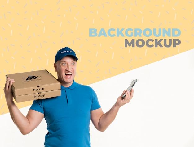 Widok z przodu dostawy mężczyzna trzyma makiety niektórych pudełek po pizzy