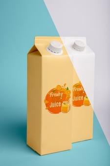 Widok z przodu dwóch kartonów z sokiem