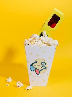 Widok z przodu kina popcorn w okularach