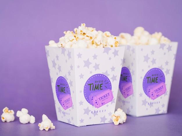Widok z przodu kinowej popcornu w filiżankach