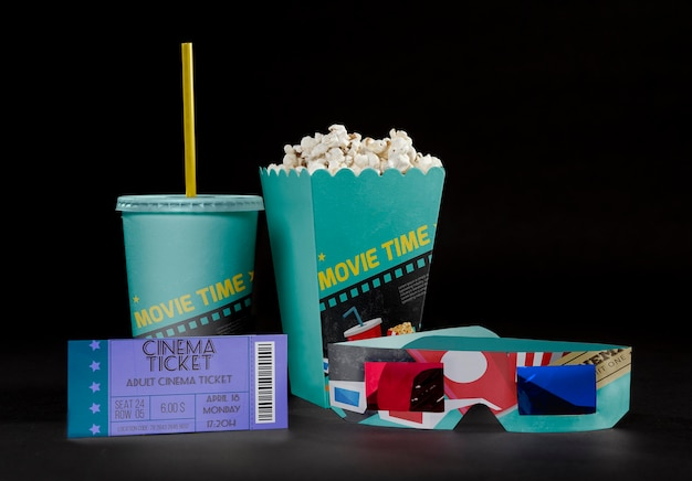 Widok z przodu kinowej popcornu z biletem i trójwymiarowymi okularami
