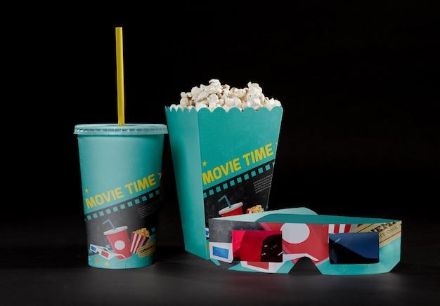 Widok z przodu kinowej popcornu z trójwymiarowymi szklankami i filiżanką