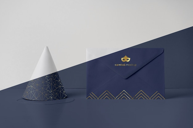 Widok z przodu koperty z zaproszeniem na karnawał i stożkiem