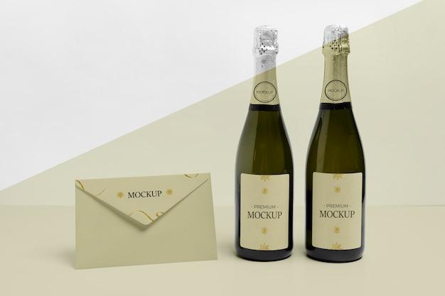 Widok z przodu makiety koperty i butelek szampana