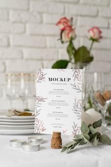 Widok z przodu makiety menu wiosennego z kwiatami i świecami