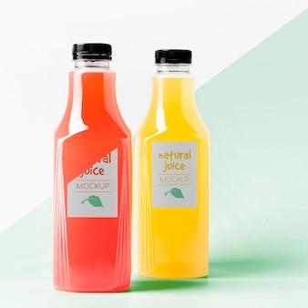 Widok z przodu makiety przezroczystych butelek z sokiem