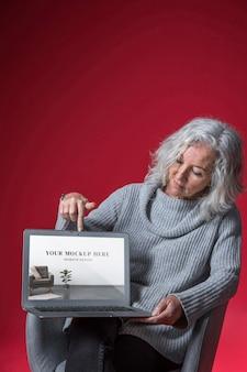 Widok z przodu makiety starszej kobiety