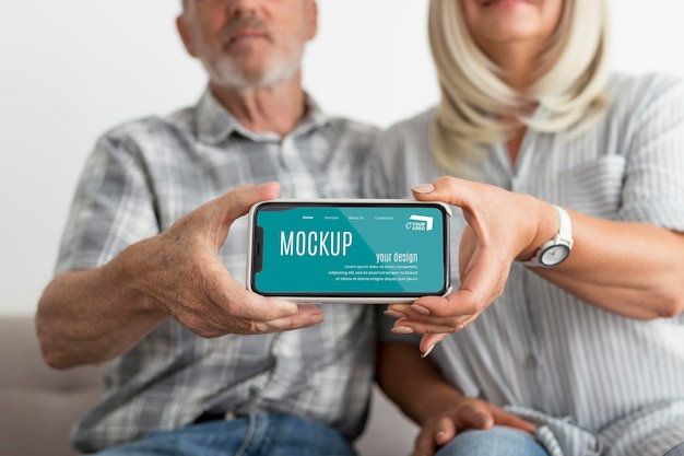 Widok z przodu mężczyzny i kobiety trzymającej smartfona