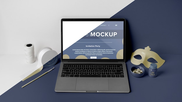 Widok z przodu minimalistycznej makiety karnawałowej z laptopem i maską
