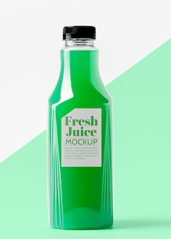 Widok z przodu przezroczystej szklanej butelki z sokiem