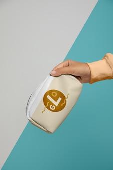 Widok z przodu ręcznej torebki na makijaż