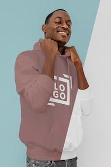 Widok z przodu stylowego mężczyzny w bluzie z kapturem