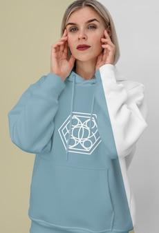 Widok z przodu stylowej kobiety w bluzie z kapturem