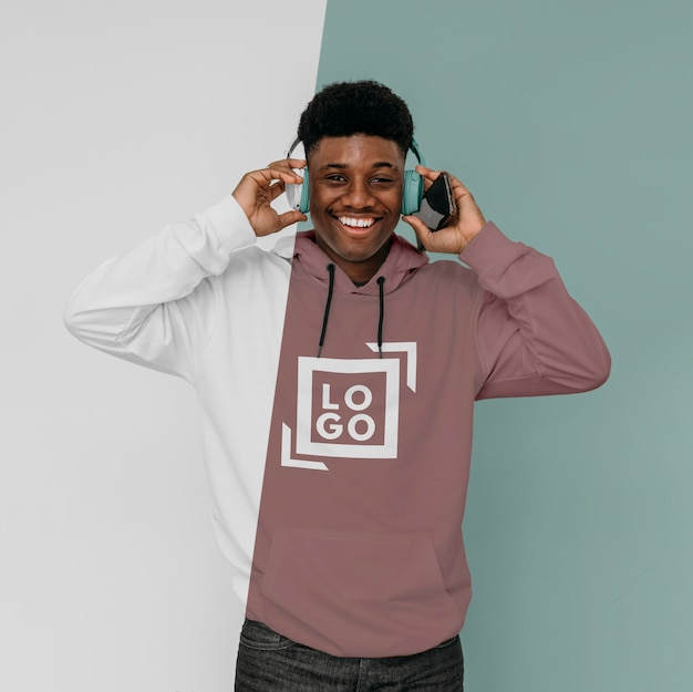 Widok z przodu stylowy mężczyzna w bluzie z kapturem ze słuchawkami