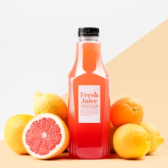 Widok z przodu szklanej butelki soku z grejpfrutem i cytrynami