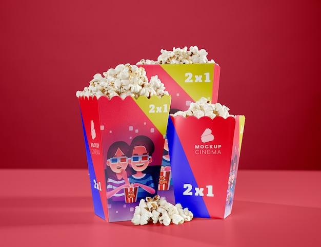 Widok z przodu trzech filiżanek popcornu z kina