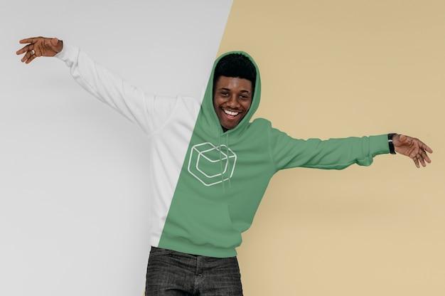 Widok z przodu uśmiechniętego mężczyzny w bluzie z kapturem