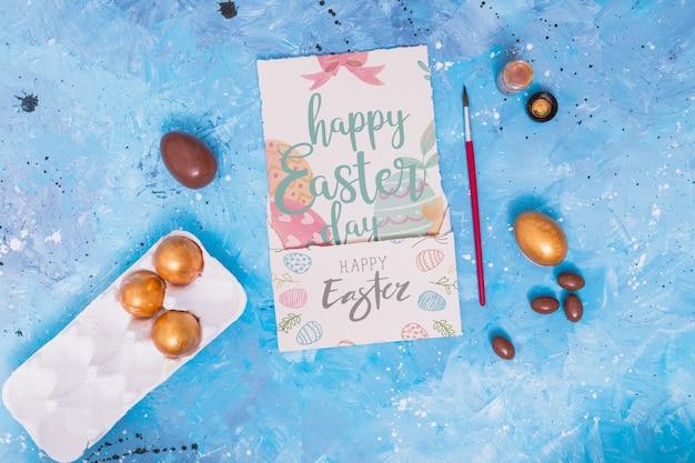 Wielkanocna makieta z zdobionymi jajkami