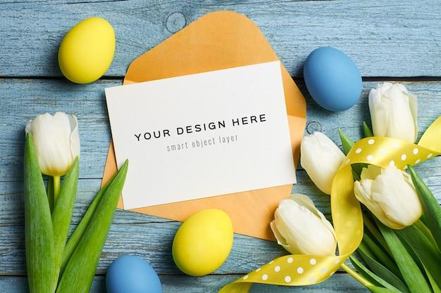 Wielkanocna świąteczna kartka okolicznościowa z kolorowymi jajkami i tulipanami