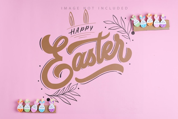 Wielkanocne króliki ozdoby spinaczy do bielizny, powiesić na różowej powierzchni makiety. wesołych świąt wielkanocnych.